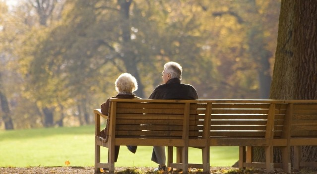 FLI old-couple-on-park-bench