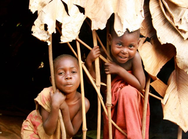 fli-mbendjele-bayaka-children-in-their-hut